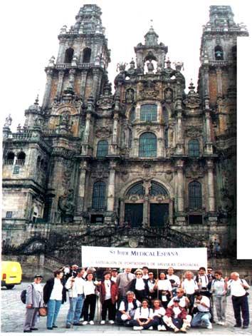 Peregrinos portadores de válvulas delante de la Catedral de Santiago de Compostela